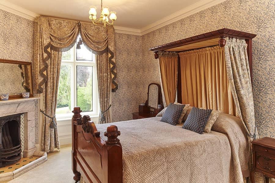 Victoria Room Palé Hall Hotel, Queen Victoria Bed